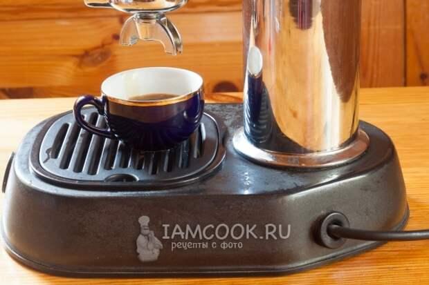 Влить кофе в кружку