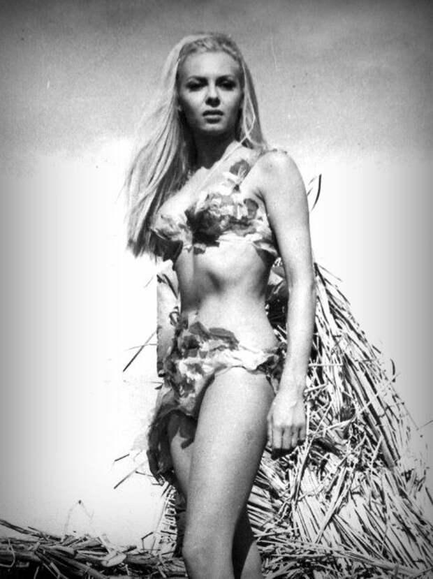"""Мишель Мерсье на съемках фильма """"Древнейшая профессия в мире (1967)"""""""