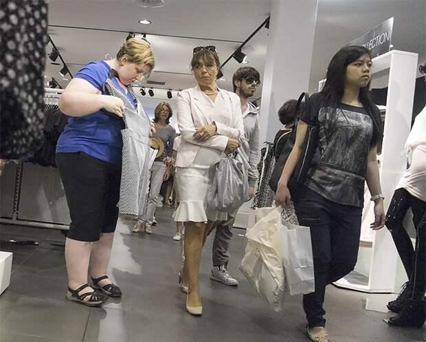 Женщина фотографирует незнакомцев, чтобы показать, как люди реагируют на людей с избыточным весом