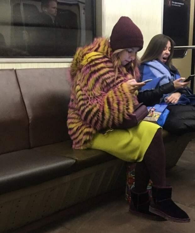девушка в полосатой шубе