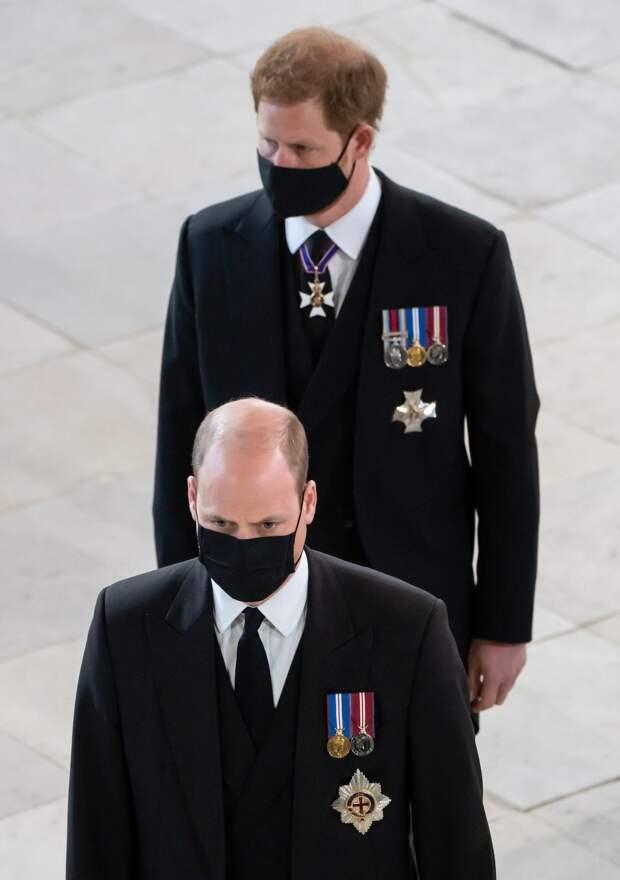 Принц Гарри и принц Уильям на похоронах принца Филиппа