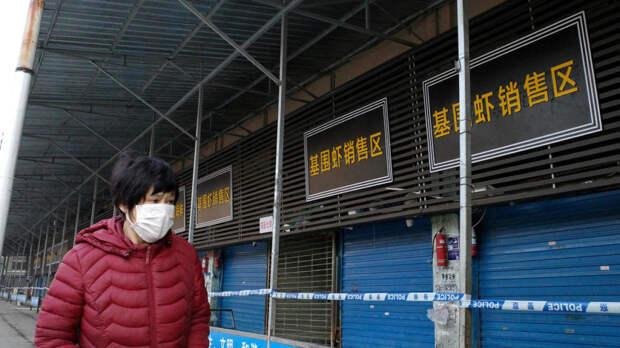 Тот самый рынок в Китае, откуда распространился вирус. По закону это рынок морепродуктов, но по факту там торговали сурками, ядовитыми змеями, летучими мышами и иными экзотическими животными, продаваемыми на мясо. Сейчас рынок закрыт, там проведена дезинфекция, но болезнь это не остановило / ©Getty Image