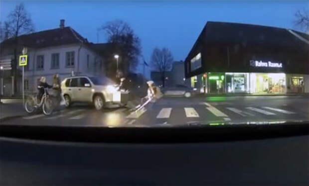 Эстонский водитель «помог» старушке