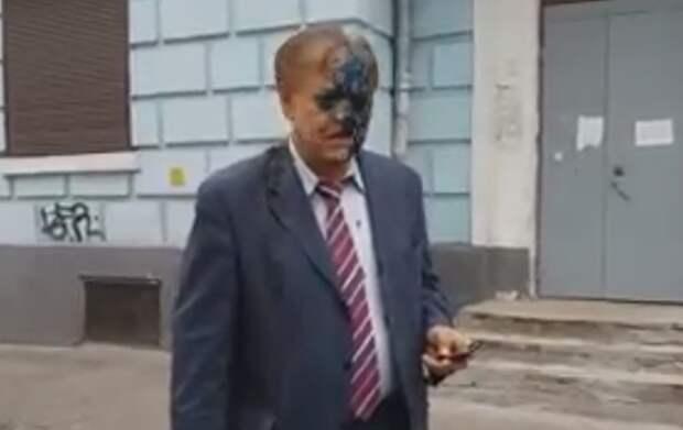 В Киеве напали на главу Россотрудничества по дороге к Вечному огню