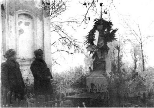 Сын генерала капитан Ефремов (слева) на могиле отца разу после освобождения района Вязьмы. Осень 1943 г./Фото: smolbattle.ru