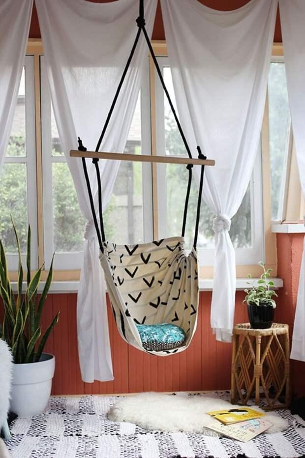 Удобное место для отдыха, которое легко разместить на балконе
