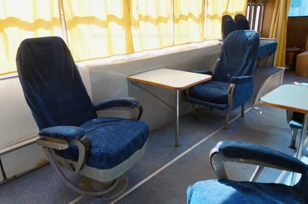 Поворотное и неподвижное кресло, со столиком между ними ЛАЗ, авто, автобус, автомир, гагарин, космодром, лаз-695б, юрий гагарин