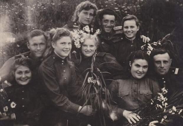 Валентина Позднякова (Могилкина) на фото в центре