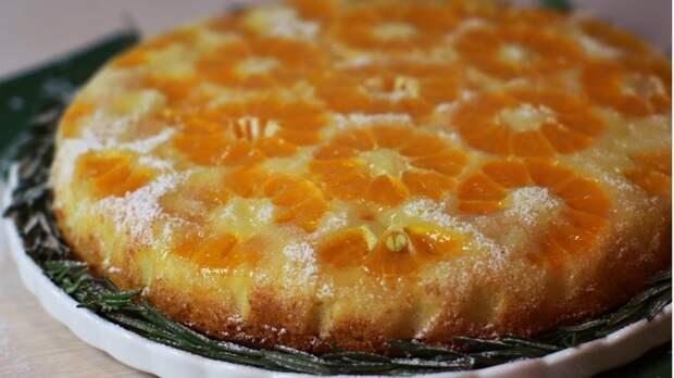 Чистим мандарины целиком и заливаем тестом. Пирог готовится за минуты, а на вкус словно из сплошного крема и сока