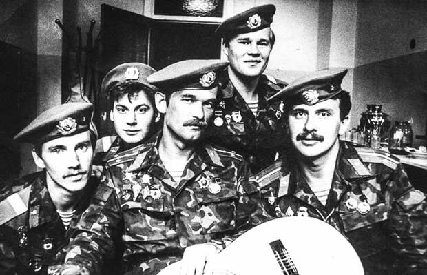 Весной 1988 года Юрий Слатов (справа) принял предложение перейти в ВДВ, в ансамбль «Голубые береты»