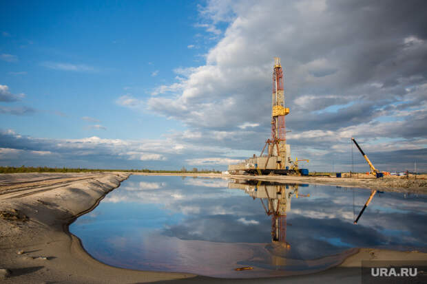 Нефтяная буровая. Ноябрьск, буровая вышка, отражение, водоем, нефтяная вышка, добыча нефти, нефть
