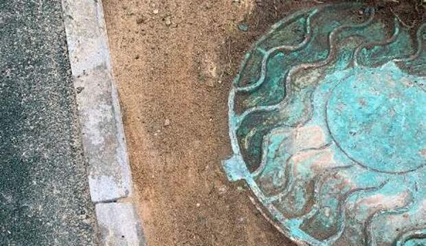Опасный люк отремонтировали во дворе дома на Абрамцевской