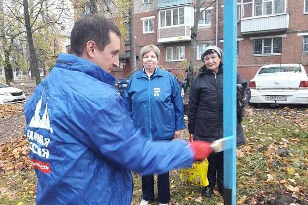 Тульский депутат торжественно открыл сушилку для белья во дворе многоквартирного дома