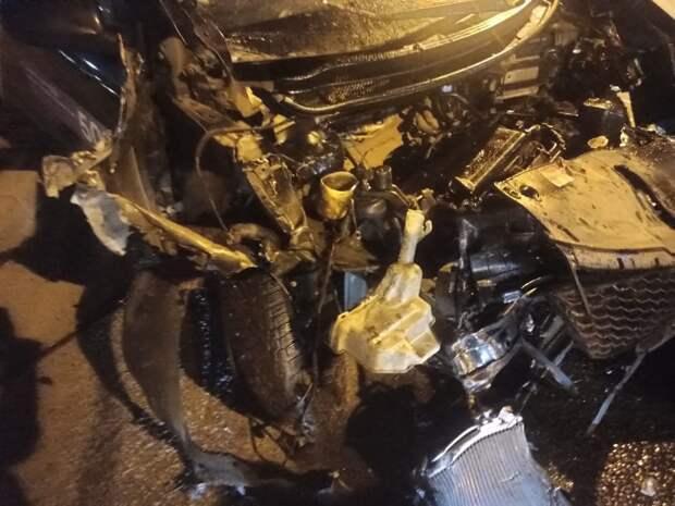 В Купчино лихой каршеринг превратился в груду металла. Камера сняла побег водителя
