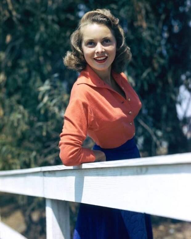 Чудесное сочетание в одежде синего и красного подчёркивает хороший вкус девушки.