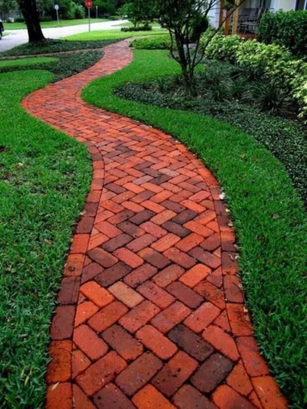 Дорожка из красного кирпича – яркость и простота в одном флаконе. /Фото: i0.wp.com
