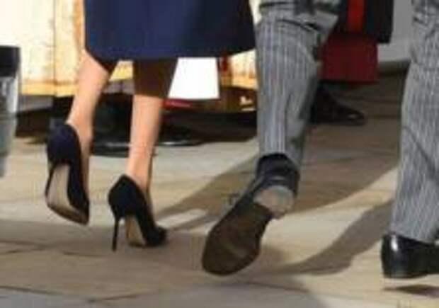 Принц Гарри вышел всвет вдырявых ботинках
