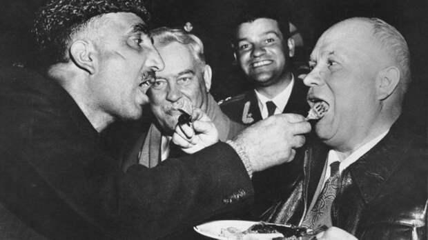 Никита Хрущев и премьер-министр индийского штата Кашмир Бакши Гуллям Мохаммад кормят друг друга по старинной кашмирской традиции.