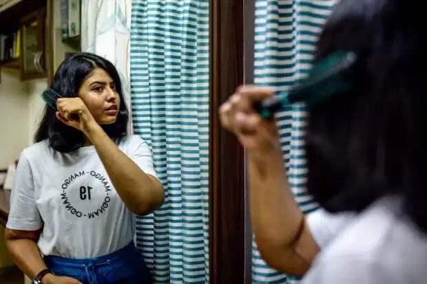 Девушке из Индии пересадили мужские руки, спустя год они посветлели и лишились волос