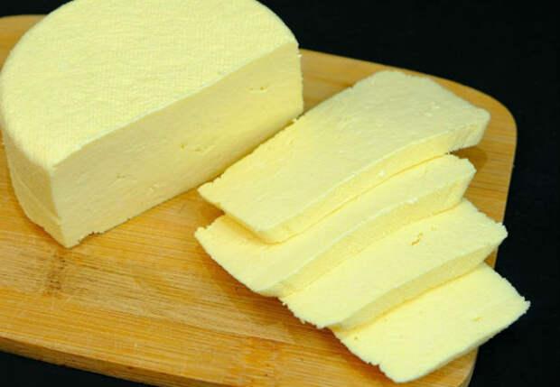 Сделали домашний сыр за 10 минут: смешали молоко, сметану и яйца