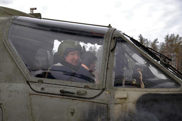 «Ка-52 машина тяжелая, но управлять ею легко». Дмитрий Рогозин совершил полет на боевом разведывательно-ударном вертолете