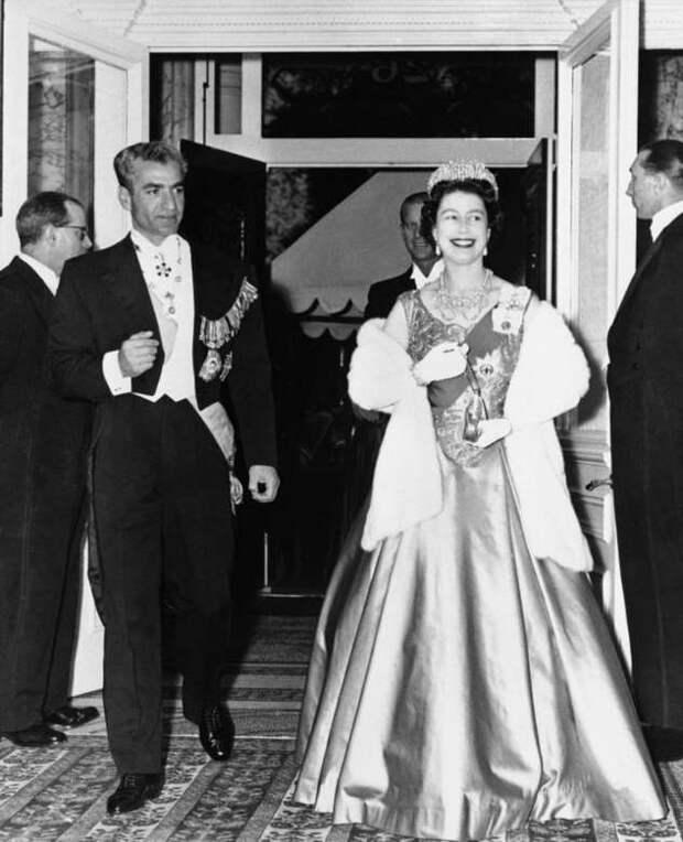 16 правил, которые должны соблюдать даже звезды первой величины при встрече с королевской особой