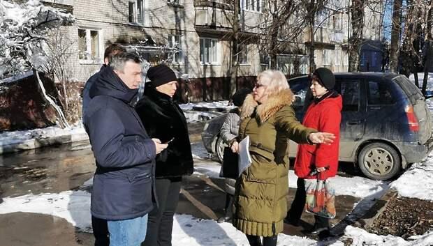 Активисты Подольска попросили оградить зеленые насаждения во дворе от машин