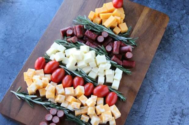 Новогодний стол: оформляем мясо-сырную нарезку