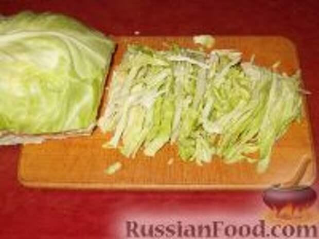 Фото приготовления рецепта: Салат из свежей капусты с огурцами - шаг №2