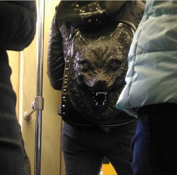 Не самый дружелюбный рюкзак маразмы, метро, московское метро, питерское метро, подземка, прикол, фрики из подземки