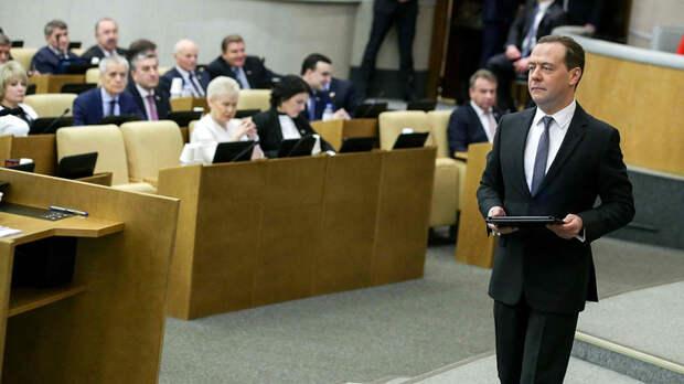 Прощальный отчет Медведева: в буфете — о войне, с трибуны — об успехах