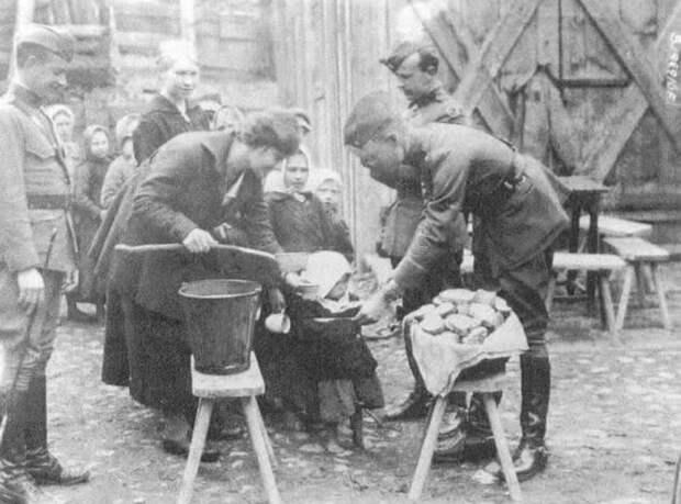 Сотрудники Американской помощи кормят детей во время голода 1921—1922 годов.
