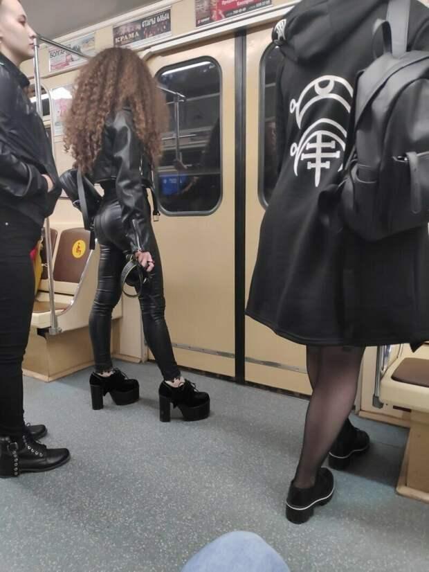 У нее в руке плетка? маразмы, метро, московское метро, питерское метро, подземка, прикол, фрики из подземки