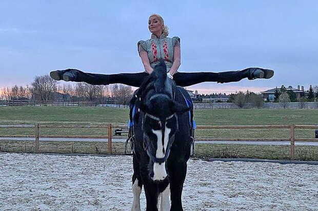 Волочкова использовала лошадь для демонстрации шпагата