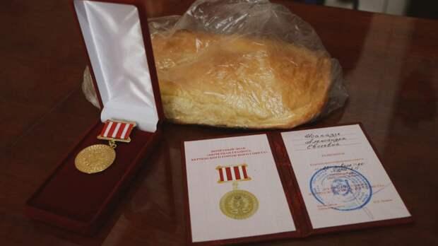 Чиновники, которые подарили блокадникам по батону, потратили 2,7 млн рублей на освещение своей работы в СМИ