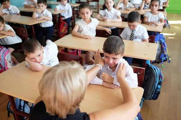В Омске второклассникам предложили учиться за партой по трое из-за нехватки помещений