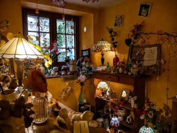 Француз украсил дом и магазинчик коллекцией …садовых леек и прославился на весь мир