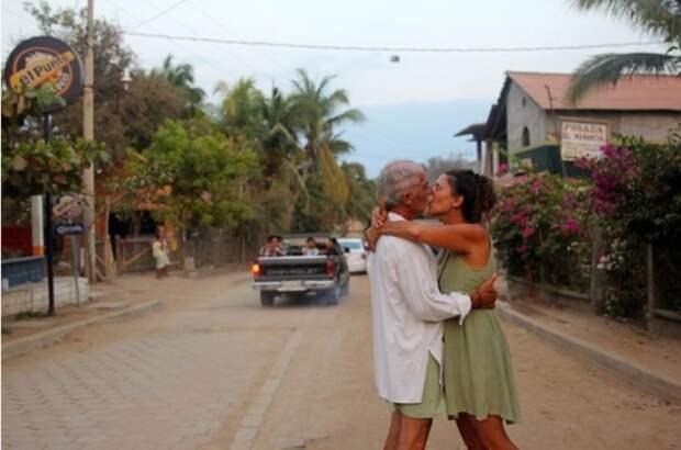 Возраст - не помеха. Снимок из серии «Сто поцелуев». Автор фото: Игнасио Леманн (Ignacio Lehmann).