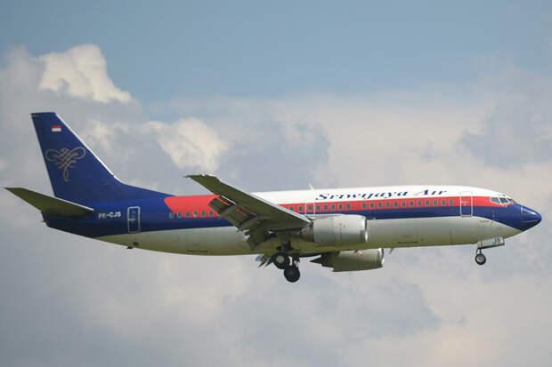 В Индонезии пассажирский самолёт упал в воду