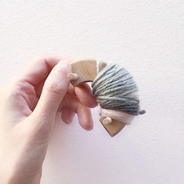 Прелестный помпончик Коала из пряжи: миниатюрное чудо