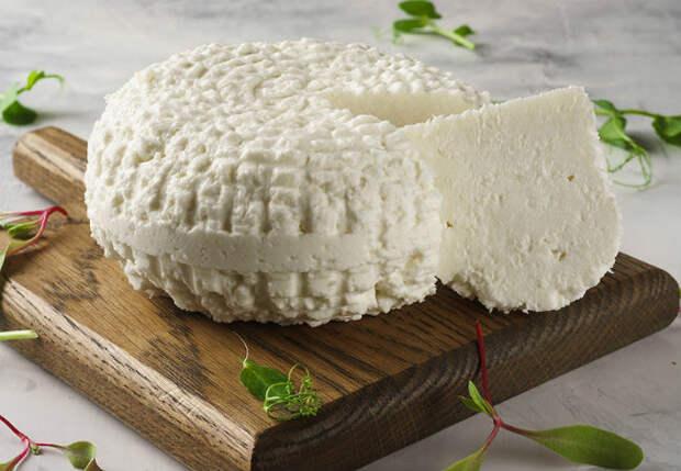 Адыгейский сыр готов за 2 часа: нужно только молоко и кефир