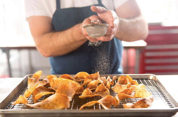 Чипсы больше не покупаем: тонко нарезали картошку и сделали сами за 20 минут