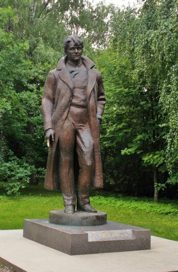 Памятник Есенину в с. Константиново. Молодой, красивый, франтоватый.. Такой, каким был.