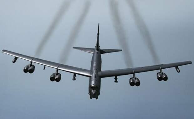 На фото: американский стратегический бомбардировщик B-52H Stratofortress