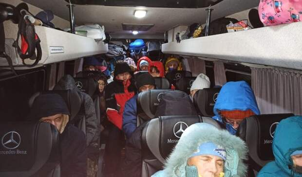 Двоих детей идесятки взрослых замело вавтобусе начелябинской трассе