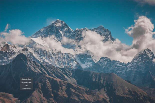 Эверест слева, а справа Нупцзе и Лхоцзе