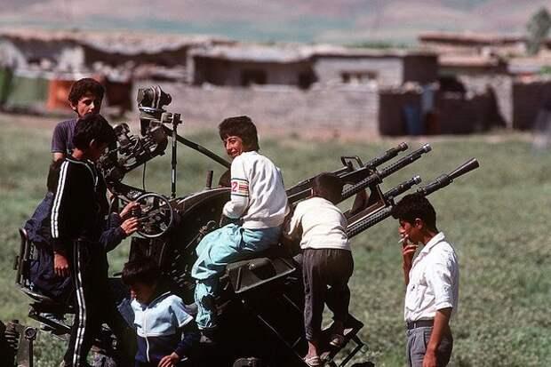 Курдские дети в лагере для беженцев, 1991 год.