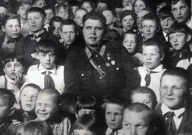 Михаил Водопьянов на встрече с детьми. / Фото: www.gapeenko.net