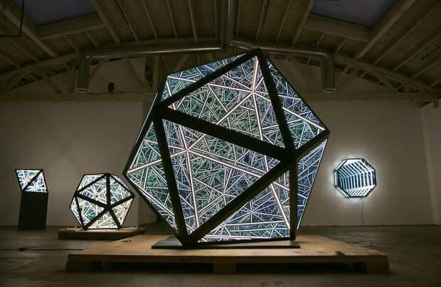 Видео: Художник создает зеркальные скульптуры, отражающие бесконечность
