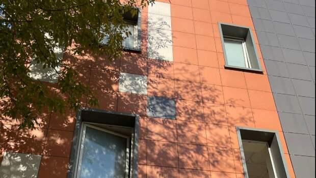 Плиточное покрытие фасада отремонтировали в доме на Душинской